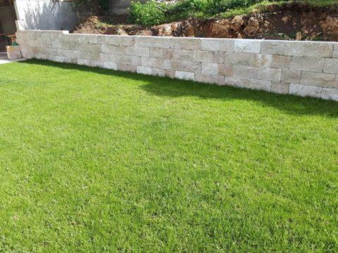 Naturmauersteine +Rasen